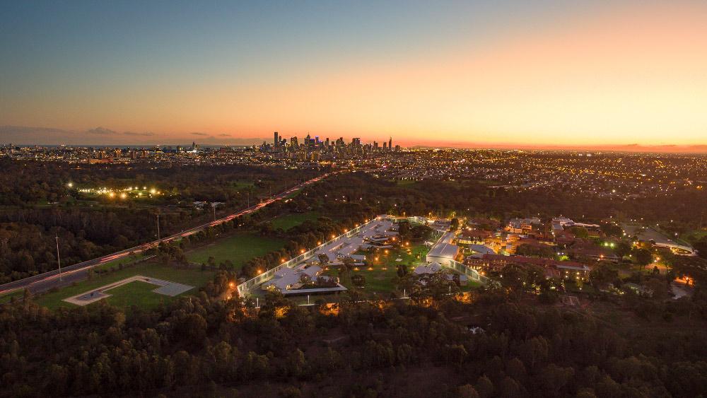 Melbourne von Oben während die Sonne untergeht.