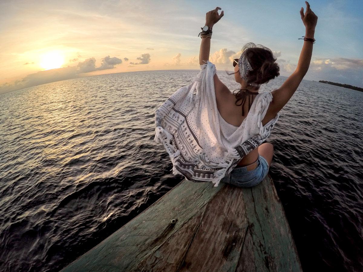 Auf dem Boot dem Sonnenuntergang entgegen