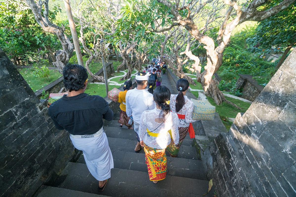 Vorbereitungen in den Gärten des Uluwatu Tempel