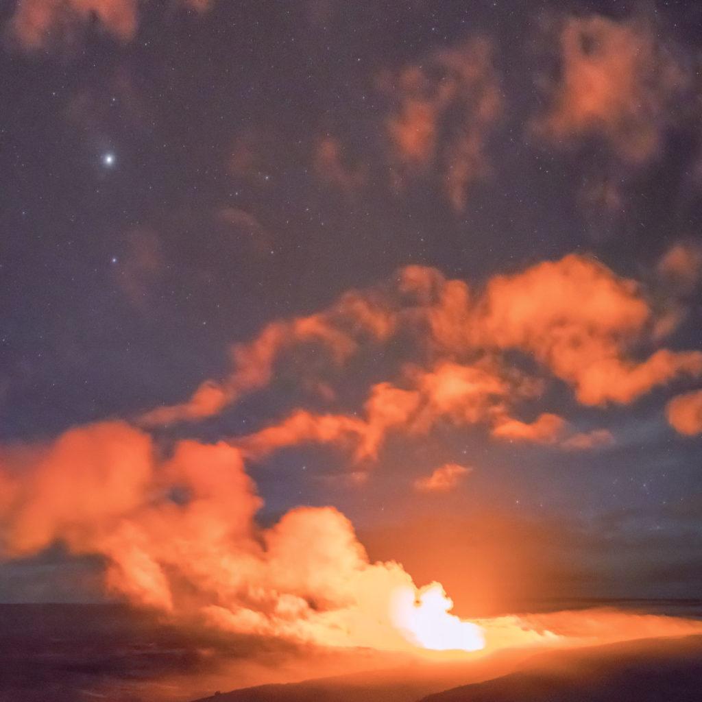 Aktiver Vulkan bei Nacht